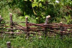 Houten Acaciaomheining in de tuin Stock Foto