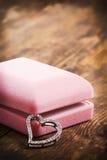 Houten achtergrond met de juwelen van het hartsymbool. Royalty-vrije Stock Foto