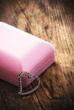 Houten achtergrond met de juwelen van het hartsymbool. Stock Foto
