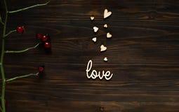 Houten achtergrond met een textuur van kleine harten en de woordliefde, een de dagconcept van Valentine ` s, vrije ruimte voor te Stock Fotografie