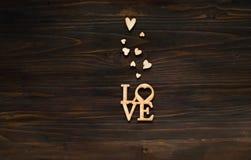 Houten achtergrond met een textuur van kleine harten en het woord lo Stock Foto