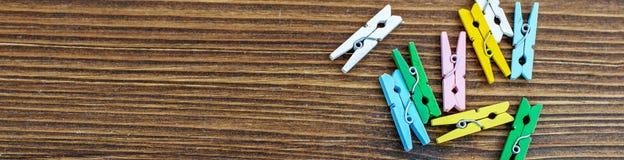 Houten achtergrond met gekleurde wasknijpers Banner voor website Royalty-vrije Stock Fotografie
