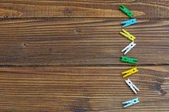 Houten achtergrond met gekleurde wasknijpers Plaats voor inscri Royalty-vrije Stock Afbeelding