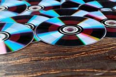 Houten achtergrond met heel wat compact-discs stock foto