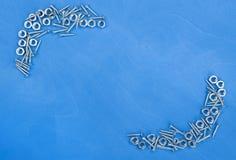 Houten achtergrond met kleine metaaldelen Royalty-vrije Stock Afbeeldingen