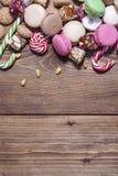 Houten achtergrond met kleurrijke snoepjes Stock Foto's
