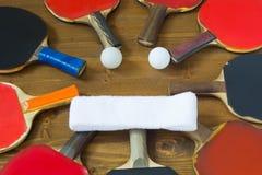 Houten achtergrond met rackets voor pingpong en twee witte ballen stock afbeeldingen
