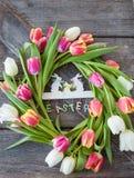 Houten achtergrond met tulpen Stock Foto