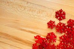 Houten achtergrond, rode sneeuwvlokken Stock Foto