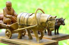 Houten ambachten, kar met een met de hand gemaakt paard, Stock Foto