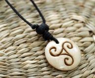 Houten amulet stock afbeeldingen
