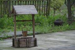 Houten apparaat om water te nemen stock foto's