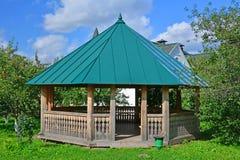 Houten arbour voor bezoekers in museum van houten architectuur in Suzdal, Rusland royalty-vrije stock afbeelding