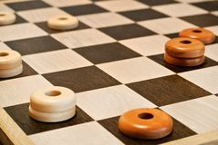 Houten artisanaal schaakbord royalty-vrije stock afbeelding