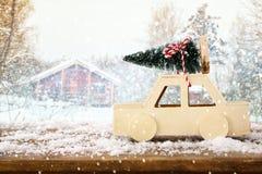 Houten auto die een Kerstmisboom dragen Royalty-vrije Stock Afbeelding