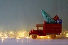 Houten auto die een Kerstmisboom dragen Royalty-vrije Stock Afbeeldingen