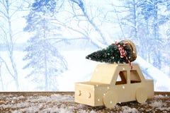 Houten auto die een Kerstmisboom dragen Royalty-vrije Stock Foto's