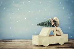 Houten auto die een Kerstmisboom op de lijst dragen Royalty-vrije Stock Foto's
