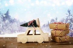 Houten auto die een Kerstmisboom voor samenvatting dragen landsc Stock Afbeelding