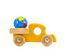 Houten autostuk speelgoed met het symbool van de Aardebol dat op wit wordt geïsoleerd Stock Afbeelding