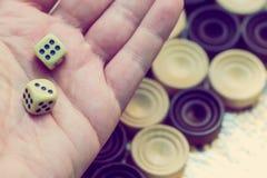 Houten backgammon Speel een raadsspel stock foto