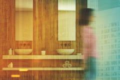 Houten badkamers binnenlandse, dubbele gootsteen, meisje Royalty-vrije Stock Afbeeldingen
