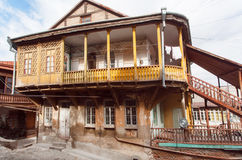 Houten balkon van oud herenhuis op historisch gebied van Georgisch hoofdtbilisi Royalty-vrije Stock Afbeeldingen