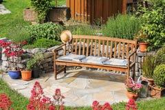 Houten bank in de tuin stock foto's