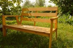 Houten bank in de zomertuin voor terrasontwerp, natuurlijk houten meubilair Royalty-vrije Stock Afbeeldingen