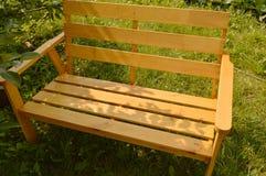 Houten bank in de zomertuin voor terrasontwerp, natuurlijk houten meubilair Royalty-vrije Stock Afbeelding