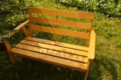 Houten bank in de zomertuin voor terrasontwerp, natuurlijk houten meubilair Stock Foto's
