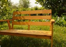 Houten bank in de zomertuin voor terrasontwerp, natuurlijk houten meubilair Stock Afbeeldingen