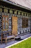 Houten bank, deur, vensters en traditioneel plattelandshuisje Royalty-vrije Stock Afbeelding