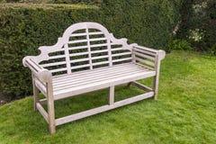 Houten bank in een tuin Royalty-vrije Stock Afbeelding