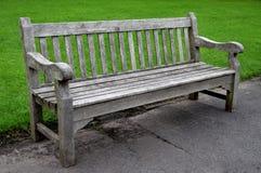 Houten bank in het park in Dudley, in de mooie de zomerdag Stock Afbeelding