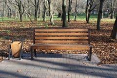 Houten bank in het stadspark royalty-vrije stock foto's