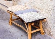 houten bank met zachte hoofdkussens op de straat van Catanië, Sicilië, Italië royalty-vrije stock foto's