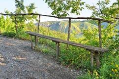 Houten bank op de achtergrond van een vallei Stock Afbeeldingen