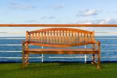 Houten Bank op het Dek van een Cruiseschip Stock Fotografie