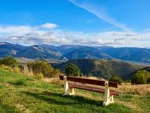 Houten bankzitting bij de bovenkant van een berg op een zonnige dag, Font Romeu royalty-vrije stock afbeelding