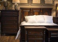 Houten bed en opmaker Stock Afbeelding