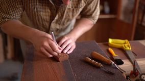 Houten beeldhouwer aan het werk in workshop stock footage