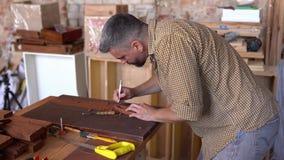 Houten beeldhouwer aan het werk in workshop stock videobeelden