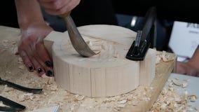 Houten beeldhouwer op het werk stock video