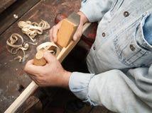 Houten beeldhouwer op het werk Royalty-vrije Stock Foto's