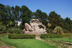 Houten beeldhouwwerk in het Arboretum Sotchi van het Park Stock Foto's