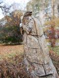 Houten beeldhouwwerk in stadspark Uil royalty-vrije stock afbeelding