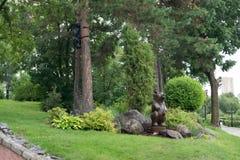Houten beeldhouwwerken van beren op de dijk van de Amur-rivier Stock Afbeeldingen
