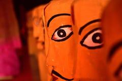 Houten beeldhouwwerken van Indische mensen die op cultureel India wijzen stock afbeelding