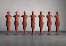Houten beeldhouwwerken van mensencijfers in een lege ruimte Stock Foto's